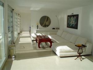 Pavimento-in-resina-colore-bianco